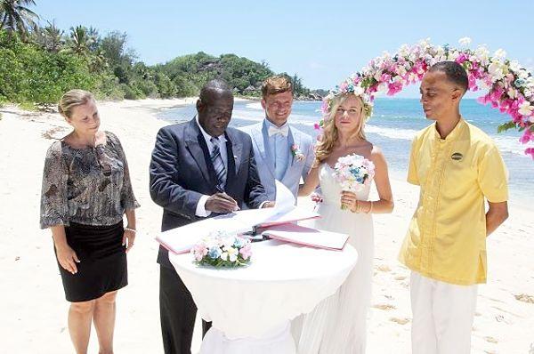 Seychellen Hochzeit mit Standesbeamter und Brautpaar am Privatstrand des Constance Lemuria Resorts auf Praslin (CC BY - Romano Laurence, Seychelles News Agency)